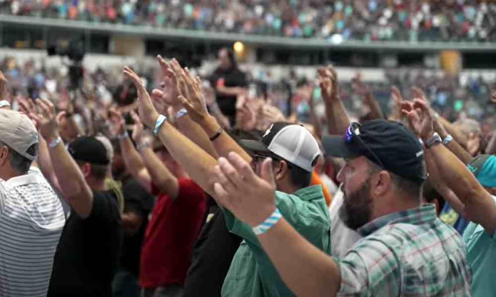Miles de hombres de rodillas claman a Dios en el estadio de los Cowboys