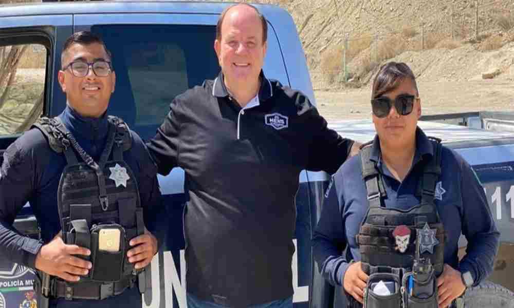 Misionero predica el Evangelio a policías en la frontera de EE.UU y México
