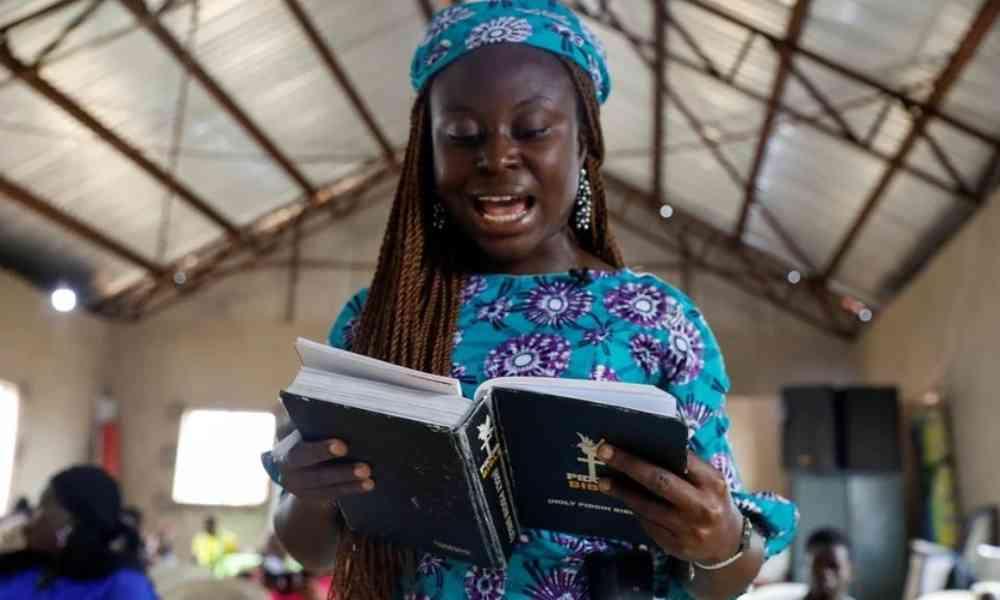 Nigeriano traduce la Biblia al idioma pidgin para evangelizar más personas
