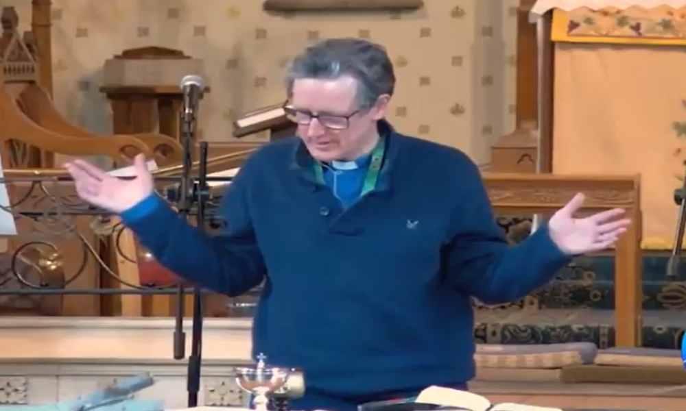 Pastor británico podría ser despedido por predicar sin cubrebocas