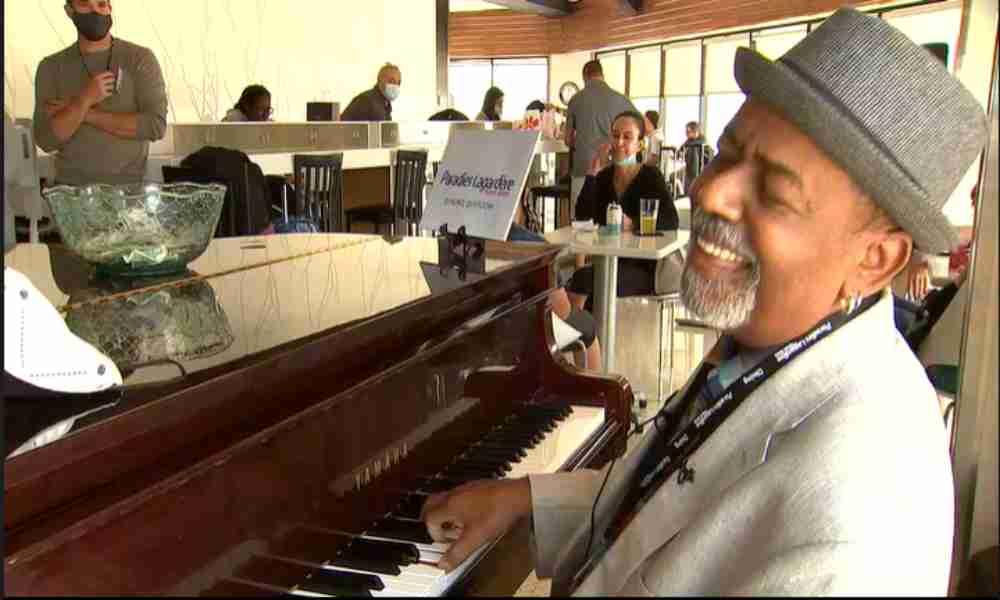 Pianista recibe $60,000 de propina gracias a un generoso autor cristiano