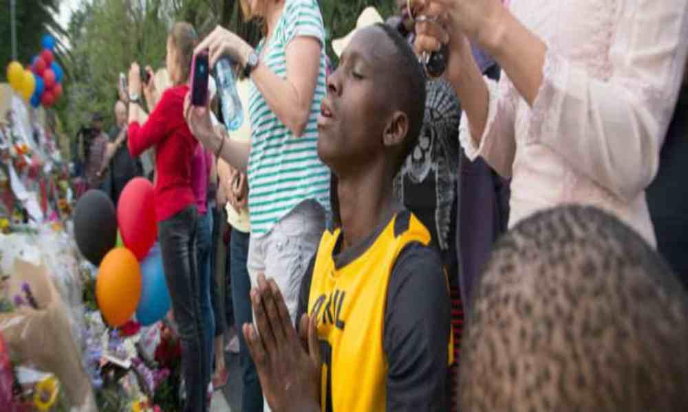 Sudafricanos creen que la oración es más efectiva contra el Covid que la vacuna