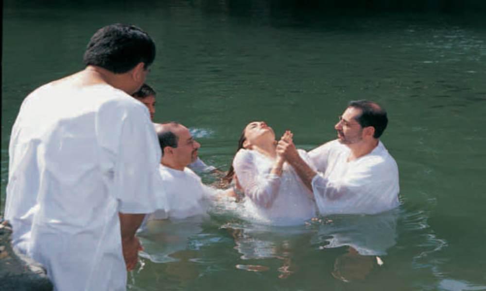 Mujer se convierte en la primera en bautizarse en su pueblo