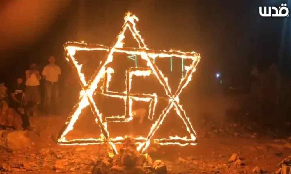 Palestinos queman estrella de David con esvástica en protesta contra Israel