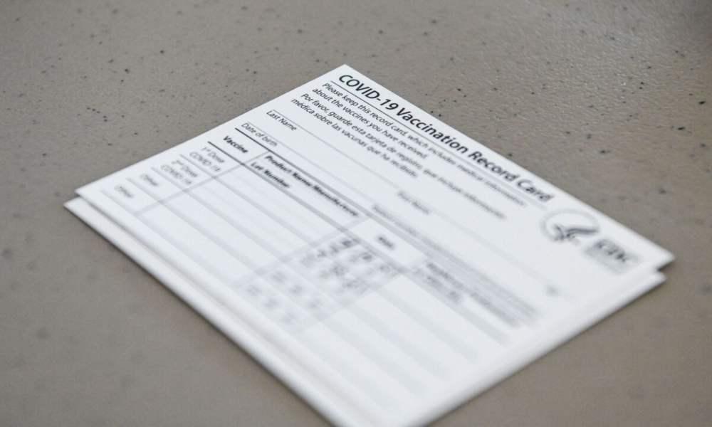 Pastor entrega tarjetas de exención religiosa para quien no quiera vacunarse