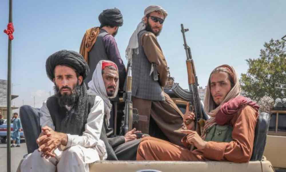 Talibanes asesinan a quienes tengan contenido cristiano en sus celulares