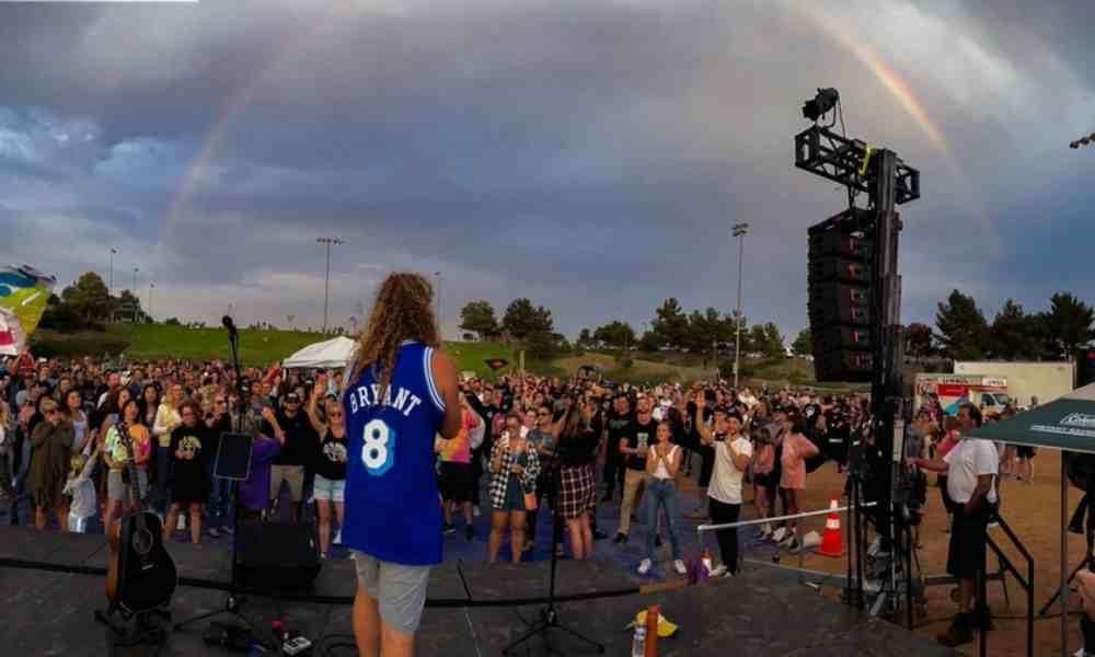 Cientos de personas se reúnen en adoración y una señal de Dios cae sobre ellos