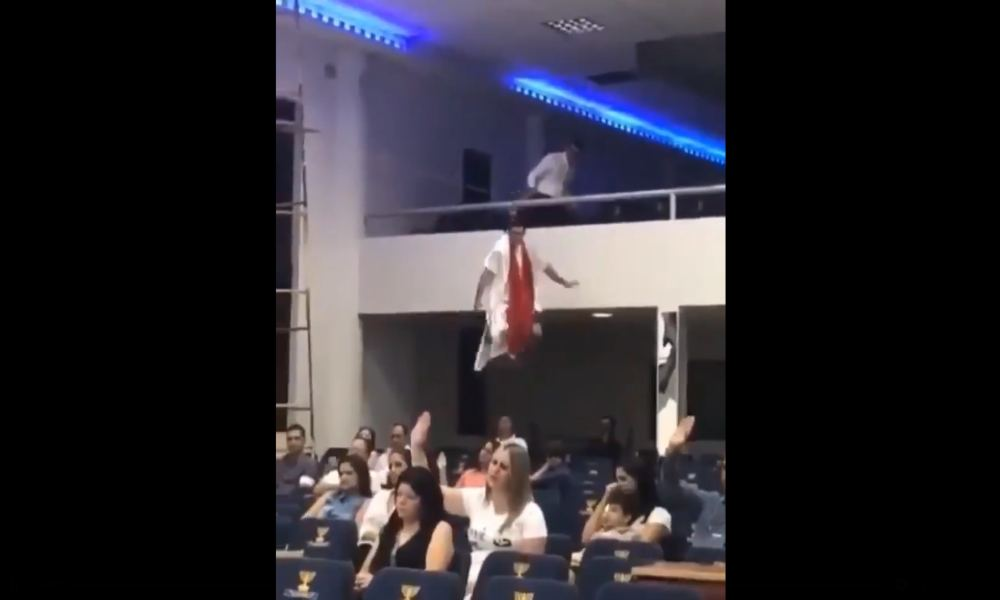 Líder religioso hace su entrada a la iglesia como si estuviera en un circo