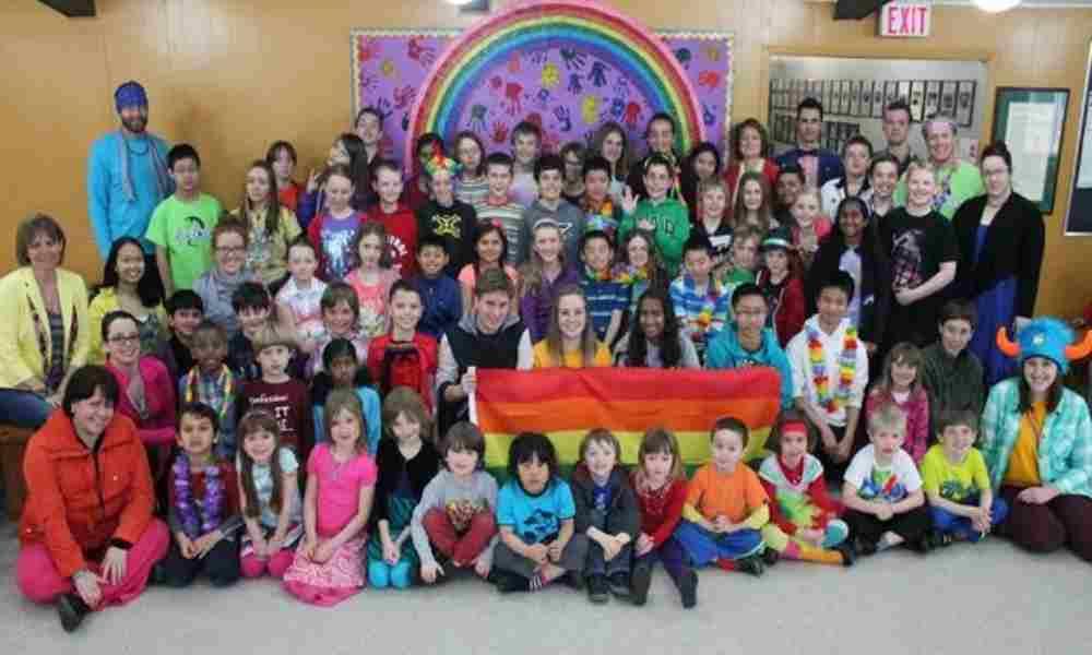 Maestros cristianos demandan al distrito escolar por política transgénero