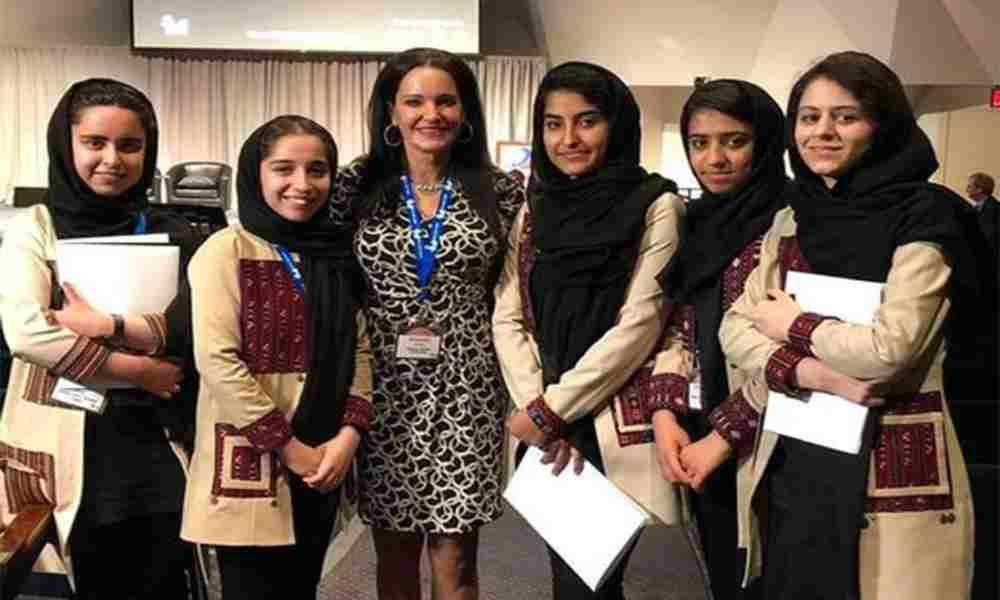 Mujer estadounidense viajó a Afganistán y rescató a 10 niñas de los talibanes