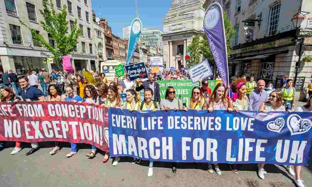 Miles de personas marchan en contra del aborto en Londres