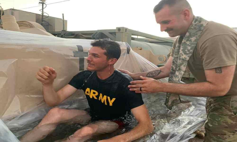 No hay excusas: Capellanes improvisan bañera y bautizan a 7 soldados
