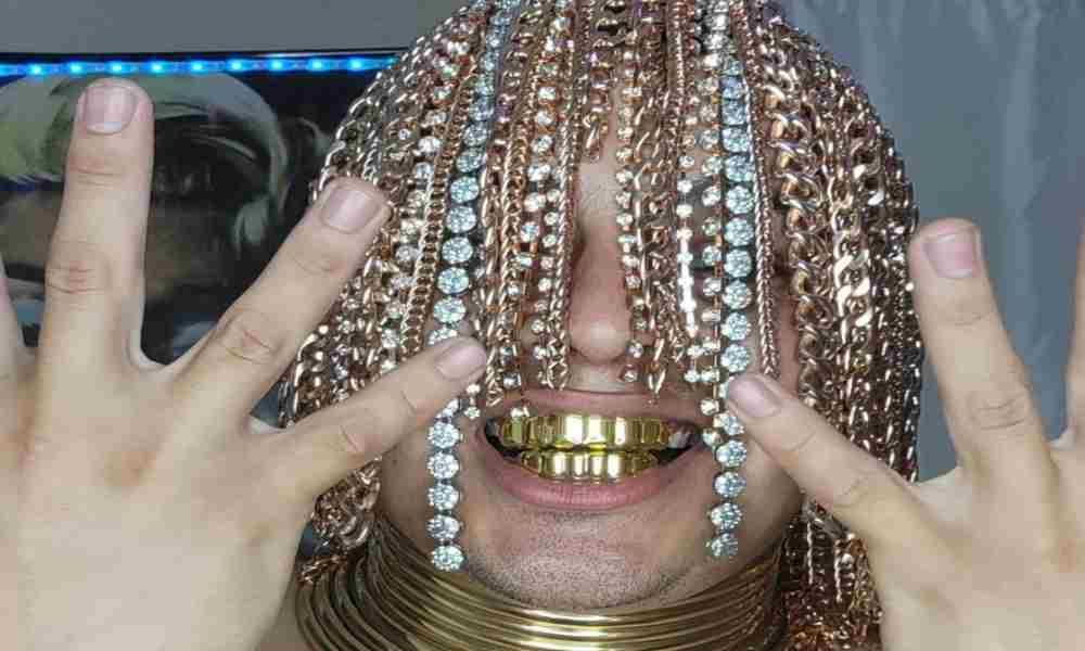Rapero se implanta cadenas de oro y dice ser la nueva religión