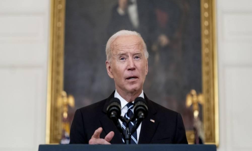 Experto asegura que mandatos de vacunas de Biden son una «pesadilla viviente»